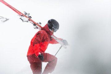Skifahrer mit Ski